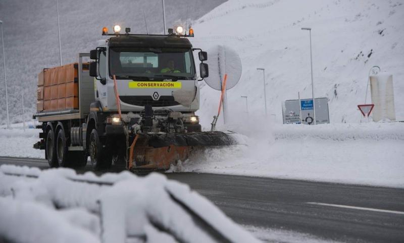 Durante el domingo los trabajos para despejar las carreteras han sido muy intensos. Foto: Efe/Pedro Puente.