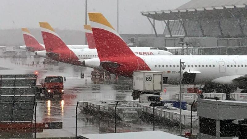 Cierran dos pistas y cancelan 42 vuelos en Barajas por el temporal de nieve (Foto Efe).