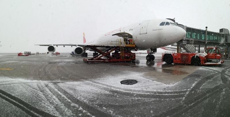 Hasta los aviones se congelan con las nevadas.