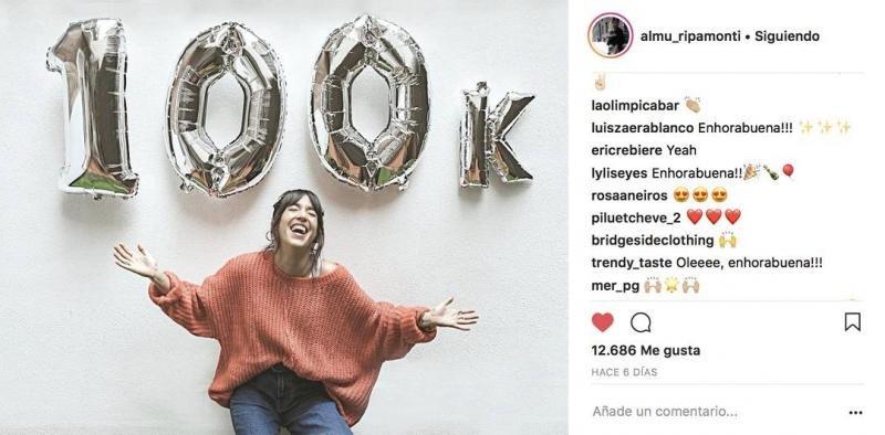 La falsa influencer celebrando sus 100.000 seguidores; los primeros 30.000 eran falsos y ninguna marca se dio cuenta.