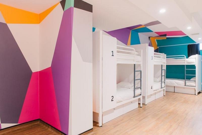 El hostel Generator de Londres alberga exposiciones artísticas y dispone de su propia sala de cine entre vigas recicladas y laminados de acero negro.