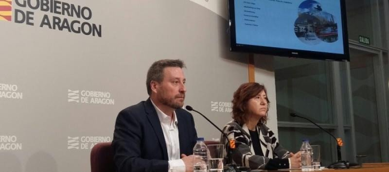 El consejero de Vertebración del Territorio, Movilidad y Vivienda, José Luis Soro, y la directora general de Turismo, Marisa Romero, en la presentación de los datos de turismo de Aragón en 2017.