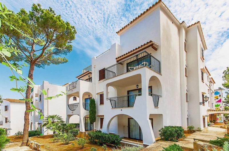Elaia posee varios hoteles y edificios de apartamentos. En la fotografías los Apartamentos Surfing Playa, en Santa Ponsa, Malloca.
