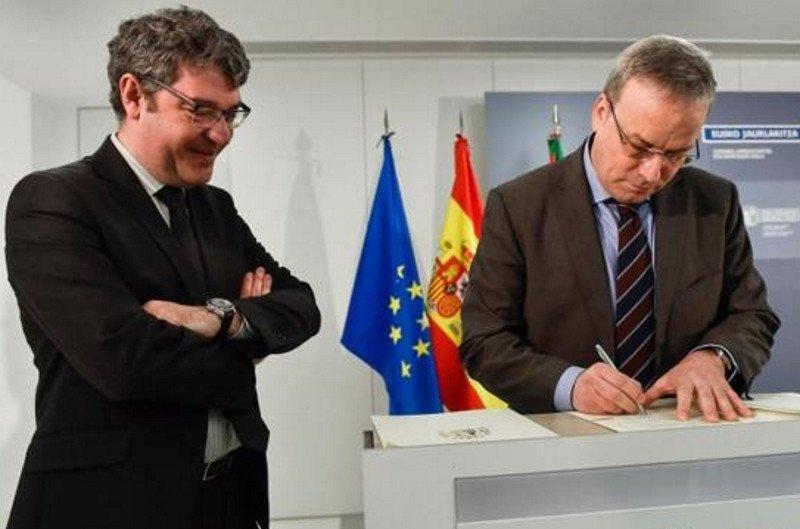 El ministro de Energía, Turismo y Agenda Digital, Álvaro Nadal, y el consejero vasco de Turismo, Alfredo Retortillo.