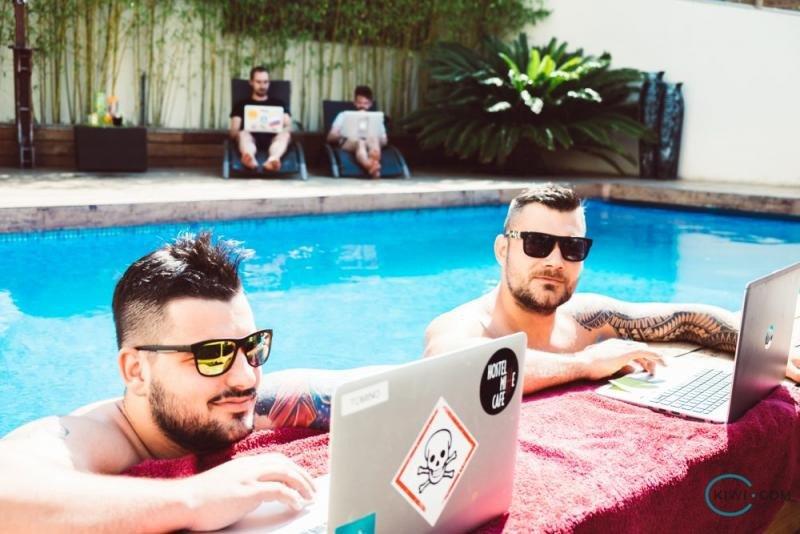 A los miembros de la generación Z les gustan las actividades de team building y las que se realizan fuera del lugar de trabajo. Imagen: Kiwi.com.