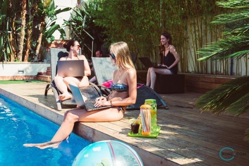 Entre los nuevos puestos de trabajo que se demandan se encuentran desarrolladores informáticos, analistas de datos y negocios, así como atención al cliente especializada y cualificada. Imagen: Kiwi.com.