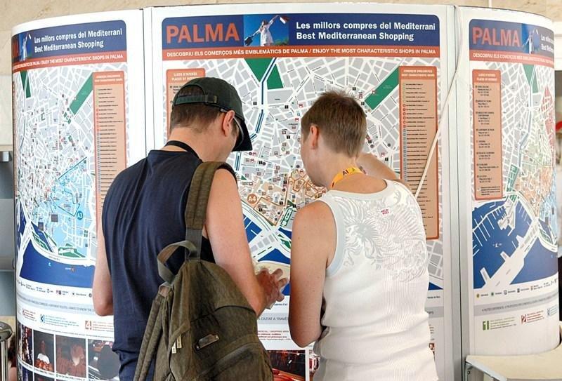 Turistas consultando un mapa en Palma de Mallorca.