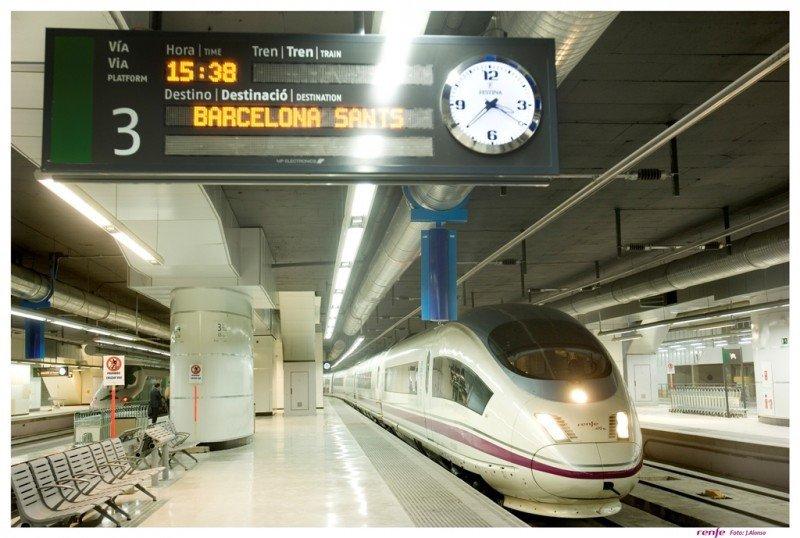 El AVE entre Madrid y Barcelona circula desde 2011 a 311 kilómetros por hora, lo que permite realizar el trayecto en dos horas y media.