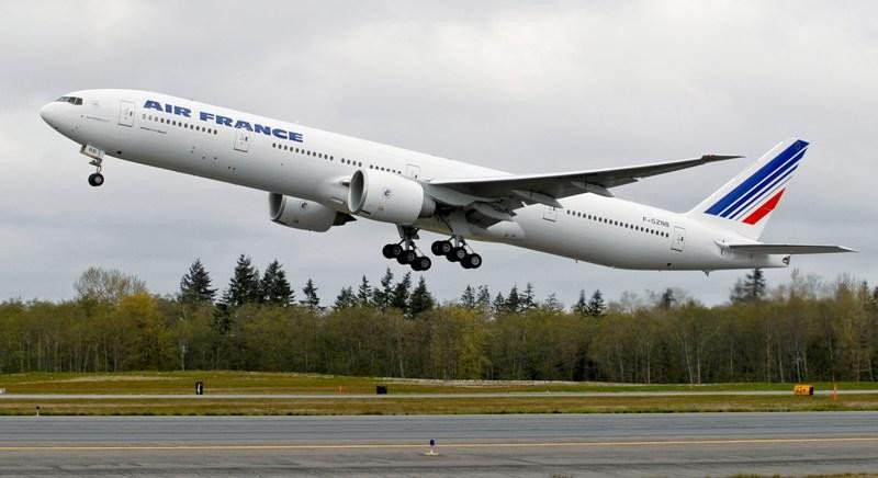 Un B-777 de Air France despega del aeropuerto.