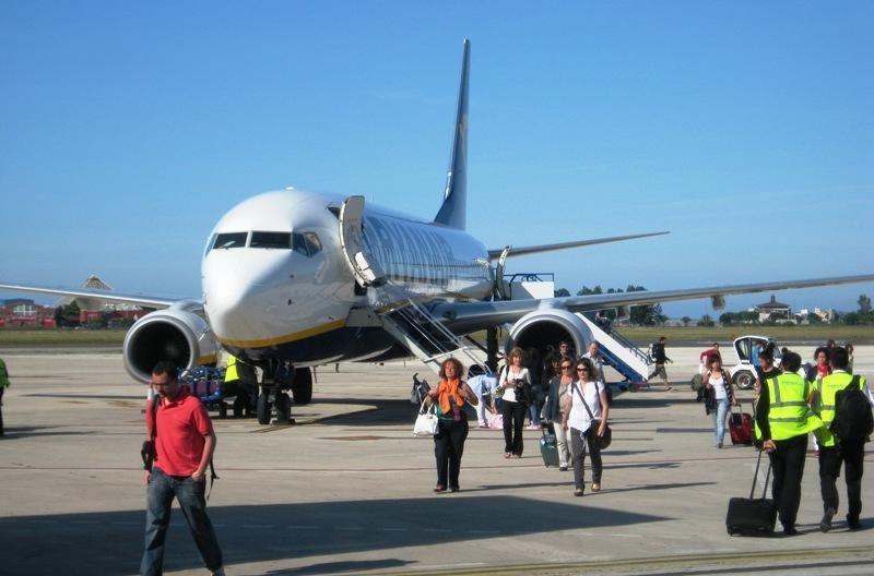 Pasajeros desembarcando de un avión de Ryanair en el aeropuerto de Santander.