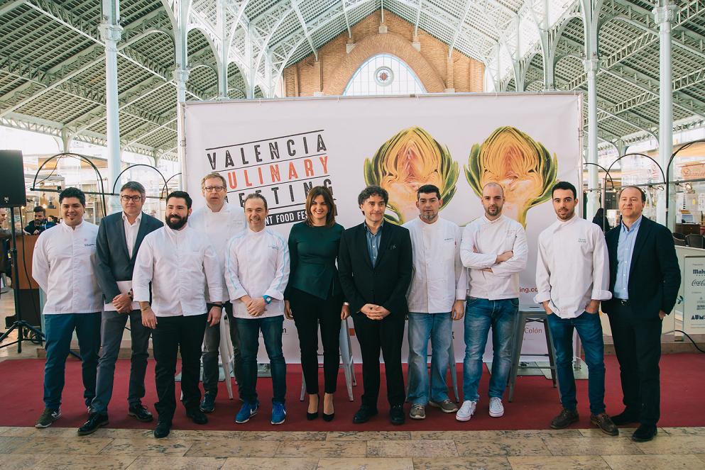 En la presentación del festival gastronómico, en el Mercado de Colón de Valencia, participaron Sandra Gómez, primera teniente de alcalde del Ayuntamiento de Valencia; Francesc Colomer, secretario autonómico de la Agència Valenciana del Turisme; Javier de Andrés, director gastronómico del grupo La Sucursal, y algunos de los cocineros participantes en el festival.
