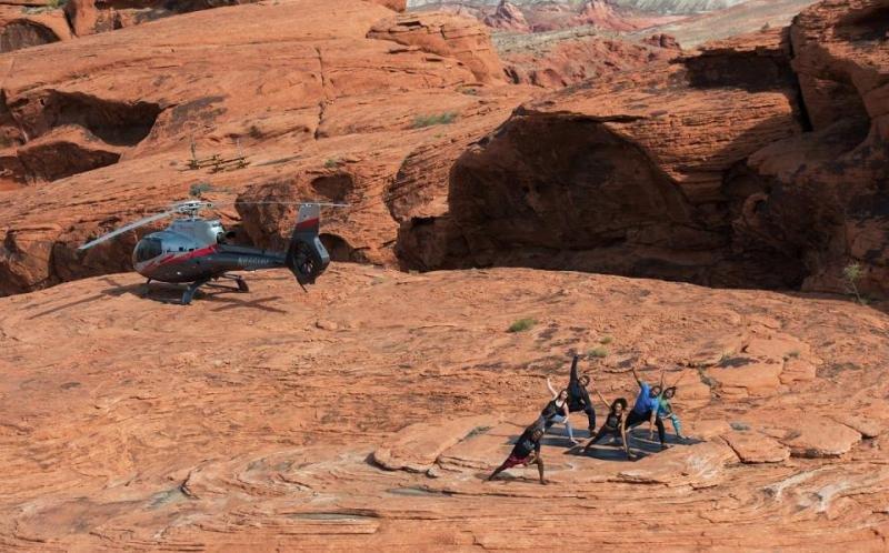 La compañía de helicópteros Maverick ofrece un paquete por 3.500 dólares que incluye el vuelo desde Las Vegas al Parque del Valle de Fuego para una clase de yoga de 75 minutos en un lugar que sólo es accesible por aire y con un máximo de seis participantes.