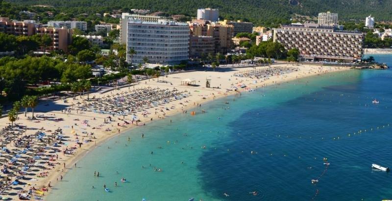 Al fondo el hotel Fergus Tobago, en Mallorca, una de las últimas adquisiciones de Hispania.