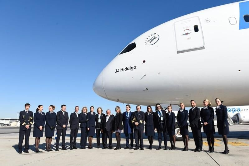 La familia Hildalgo, con la tripulación del nuevo avión.