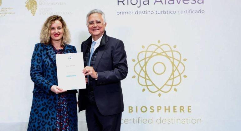 La diputada foral de Turismo, Cristina González, recibió el viernes el certificado de manos del presidente del Instituto de Turismo Responsable (ITR), Tomás Azcárate, durante un acto celebrado en el estanque celtibérico de la Barbacana de Laguardia (Álava).