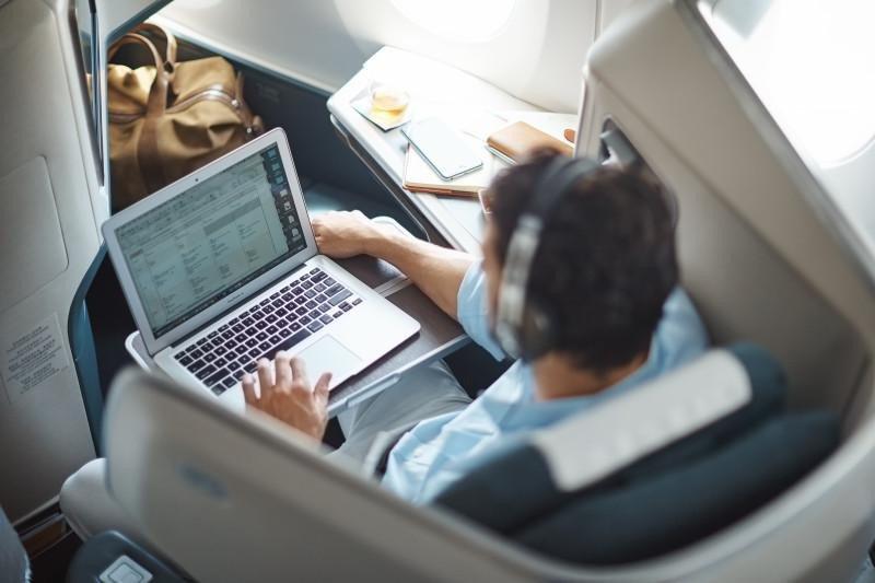 El wifi a bordo permite a los pasajeros conectarse a internet en el avión, usando sus ordenadores portátiles, smartphones o tablets. Imagen: Cathay Pacific.