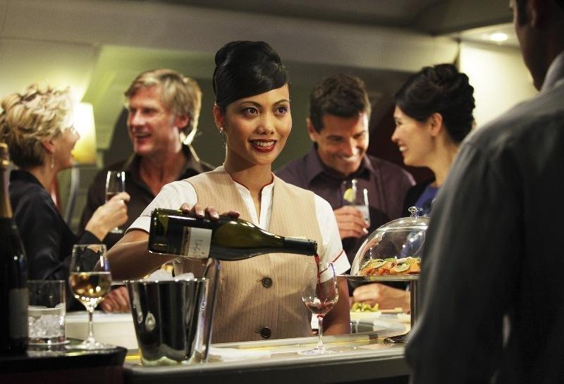 ¿Respondo a los emails del trabajo o me relajo tomando una copa en el avión? El dilema para algunos viajeros de negocios. Imagen: Emirates.