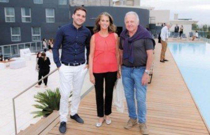 Federico Valverde junto a  Laura Olazábal y Ruben Jokas en la terraza del hotel, atendida por la barra de Bardot, una de las nuevas alianzas.