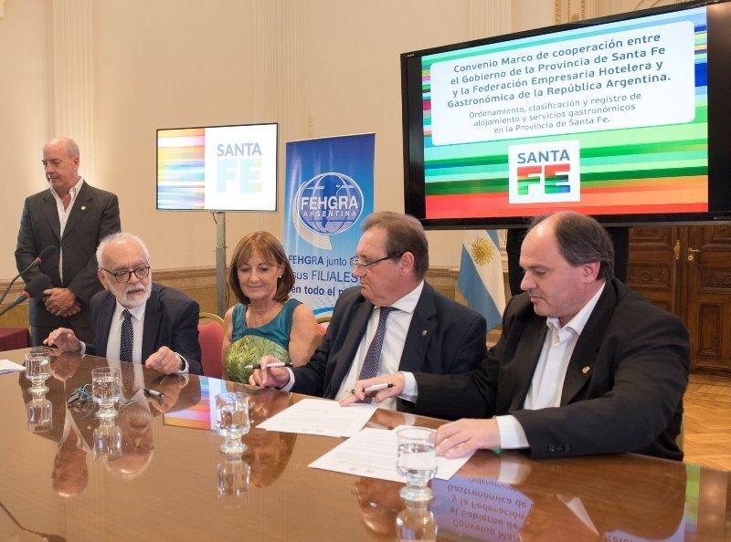 Firma del acuerdo entre la federación empresaria y el gobierno de la provincia. Foto: Fehgra