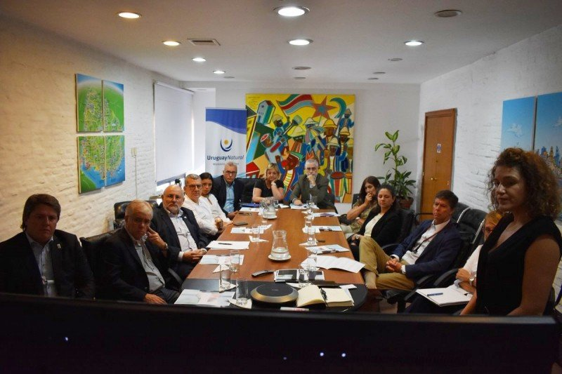 Autoridades del Ministerio junto a ejecutivos y empresarios asistieron a la presentación.