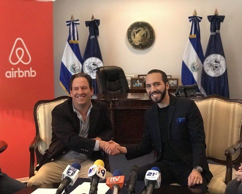 El alcalde Nayib Bukele y el representante de Airbnb, Shaw Sullivan, en la firma del acuerdo.