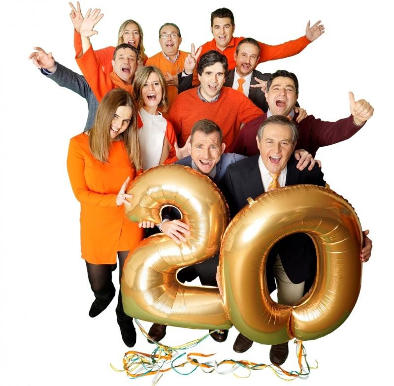 Imagen del equipo de Hotels VIVA celebrando su 20 aniversario.