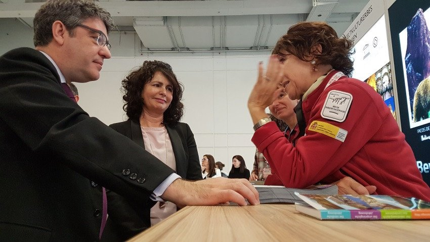 El ministro de Energía, Turismo y Agenda Digital, Álvaro Nadal, acompañado por la secretaria de Estado de Turismo, Matilde Asián, ha realizado un recorrido por la ITB de Berlín y ha visitado los estands de varias comunidades autónomas, así como el de Turespaña.