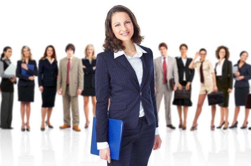 La mujeres suelen suelen estar representadas en posiciones de menor remuneración y especialización.