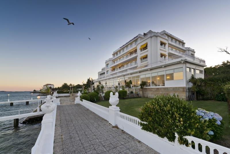Hotusa compra dos hoteles en La Toja al Banco Popular