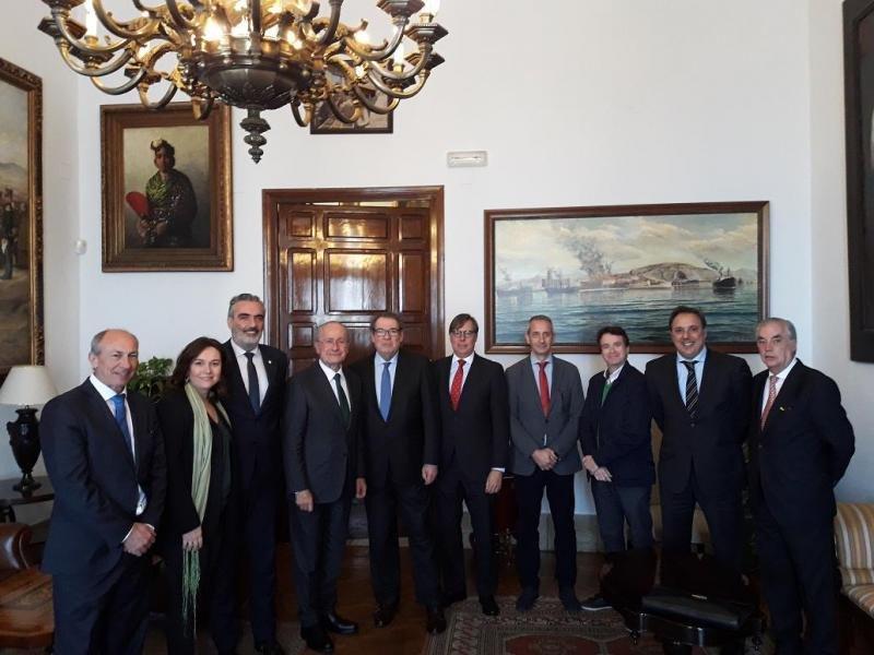 Imagen tras la reunión del comité organizador del Congreso de Hoteleros Españoles con la corporación municipal de Málaga, presidida por su alcalde.