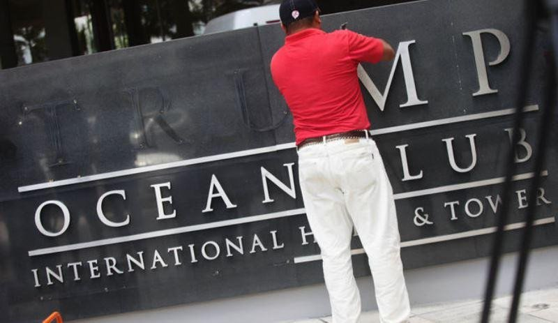 Momento de la retirada del nombre en la entrada del hotel. Foto Efe.