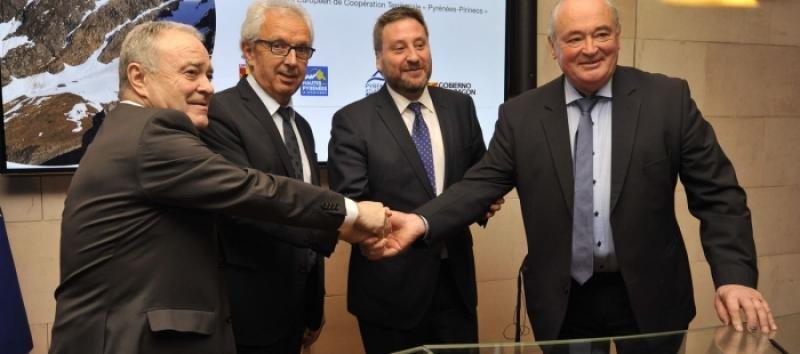 Los representantes de las administraciones que han suscrito el acuerdo para promocionar la marca Pirineos. Foto: Gobierno de Aragón