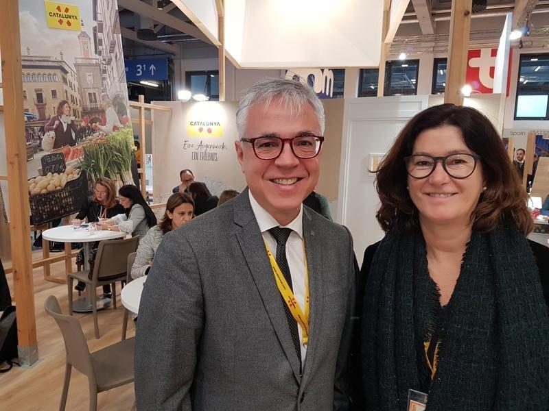Octavi Bono, director general de Turismo de la Generalitat de Catalunya, y Montserrat Sierra,  responsable de la oficina para Alemania y centroeuropa de la Agencia Catalana de Turismo, la semana pasada en la feria ITB de Berlín.