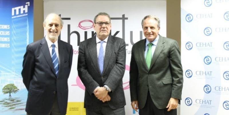 De izquierda a derecha, Panizo, el presidente del ITH y CEHAT, Joan Molas, y Díaz Montañés.