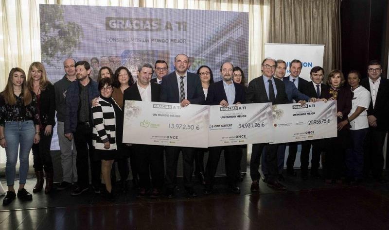 Foto de familia del día de entrega de las ayudas a las tres asociaciones seleccionadas por los propios trabajadores de Ilunion Hotels y Fundación ONCE.