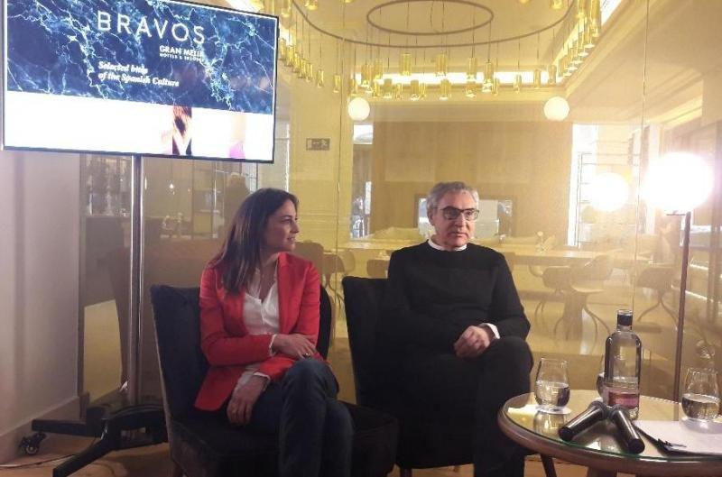 La actriz y cantante Leonor Watling y el fotógrafo Manuel Outumuro, en la presentación de esta primera edición de BRAVOS Book Selection.