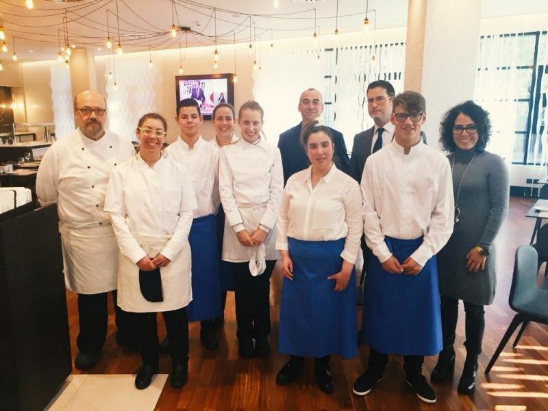 Seis estudiantes con discapacidad intelectual han realizado un curso práctico de hostelería en las cocinas del madrileño hotel Ilunion Pío XII, gracias a la colaboración con la Fundación A la par.