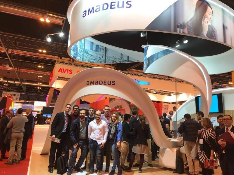 Parte del equipo de Hiberus Travel en el stand de Amadeus durante Fitur 2018.
