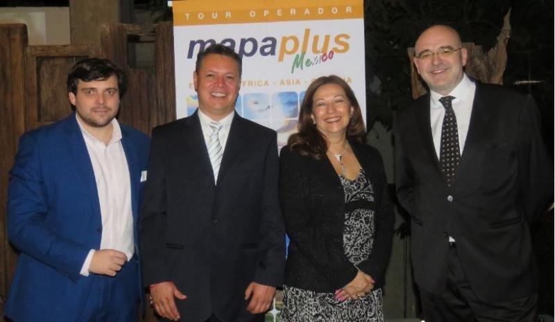 Sara Argüelles y Ramiro Medina (en el centro), directora general y director comercial de Mapa Plus México; junto a Antonio Márquez (Izda), director de Marketing de Mapa Plus; y Alberto Díaz, CEO del grupo Mapa Tours.