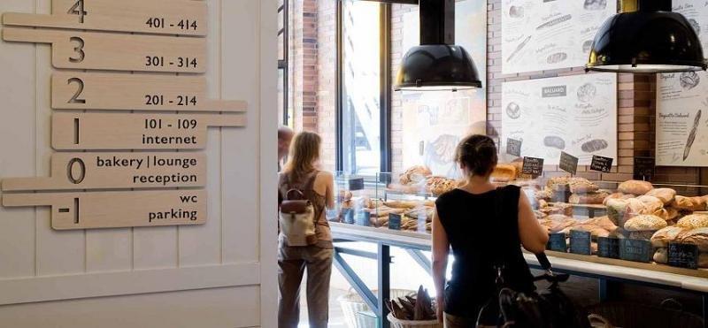 En la planta baja del Praktik Bakery se ubica una panadería artesanal, de manera que los clientes pueden levantarse con el olor del pan recién hecho.