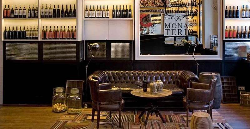 El Praktik Vinoteca está inspirado en el mundo del vino y buena prueba de ello son sus 900 botellas expuestas que son su seña distintiva.