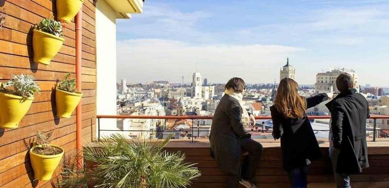 La terraza en la novena planta del Praktik Metropol ofrece vistas 360 grados del centro de Madrid.
