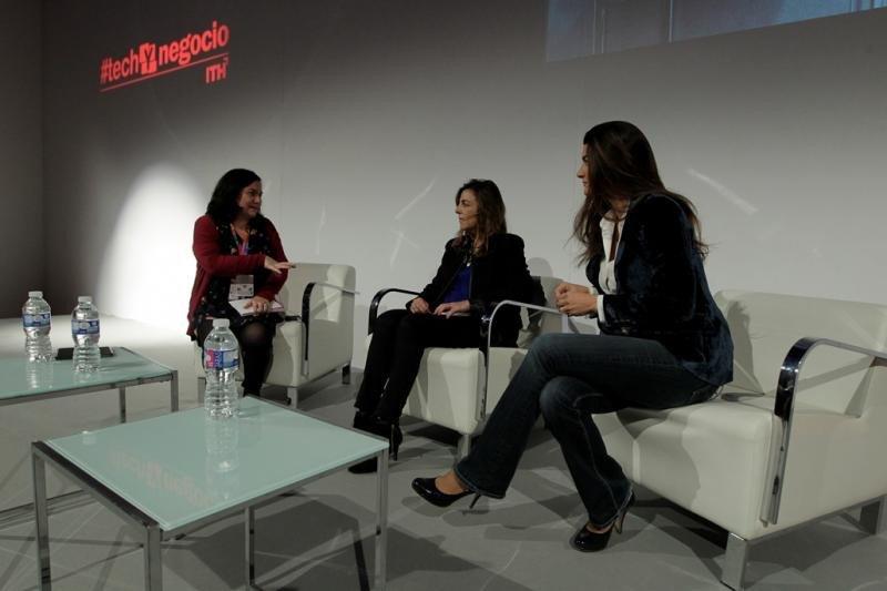 Imagen de la entrevista celebrada en FiturtechY, con Charo García Silgo, propietaria y directora del ApartoSuites Jardines de Sabatini, en el centro; y Maraya Perinat, propietaria del hotel Cotton House de Barcelona, a la derecha.