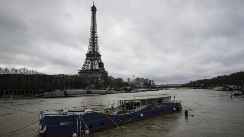 La víctima contrató con la acusada un viaje por tres días a París.
