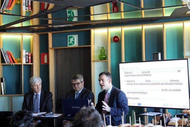 De izq. a dcha, Alberto Marín, de Innova Management; Rafael Pintado, de Optitur; y Álvaro Carrillo, del ITH, en la presentación del estudio sobre el proceso de digitalización del sector.
