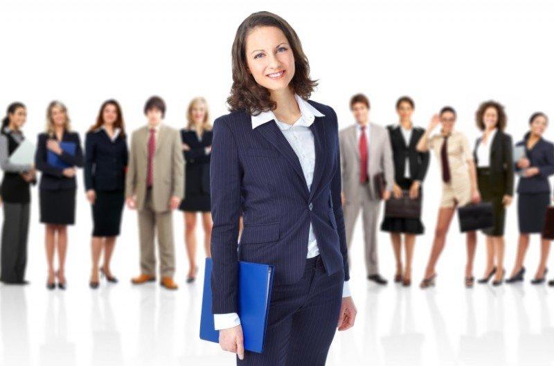 La mujeres suelen estar representadas en posiciones de menor remuneración y especialización.