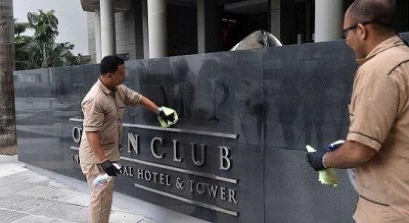 Imagen del momento en que remueven el nombre de TRUMP del hotel.