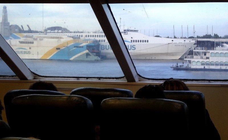Pasajeros de Buquebus en viaje a Buenos Aires. Foto: J. Lyonnet.