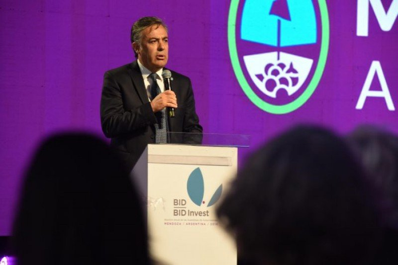 Gobernador Alberto Cornejo durante el BID. (Foto: Gobernación de la provincia de Mendoza)