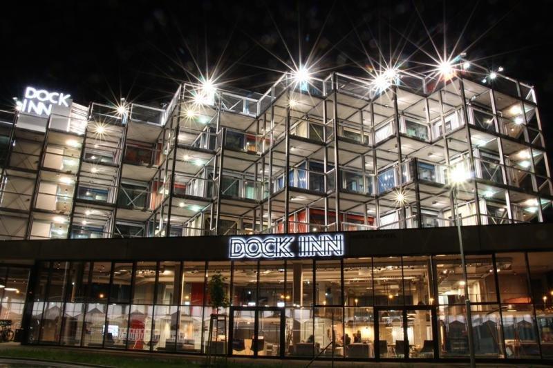 El hotel Dock Inn, en el puerto de Warnemünde, está íntegramente formado por antiguos contenedores recuperados. Imagen: ©martinmoratz.